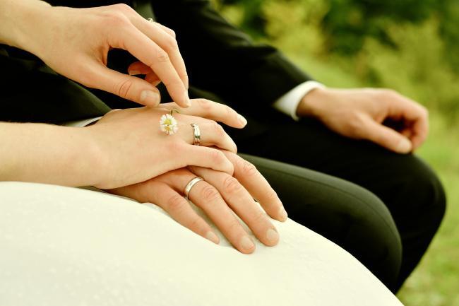 Haltende Hände eines Brautpaares